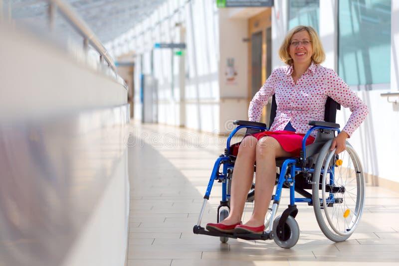 Junge Frau auf Rollstuhl in dem Gesundheitszentrum lizenzfreie stockfotos