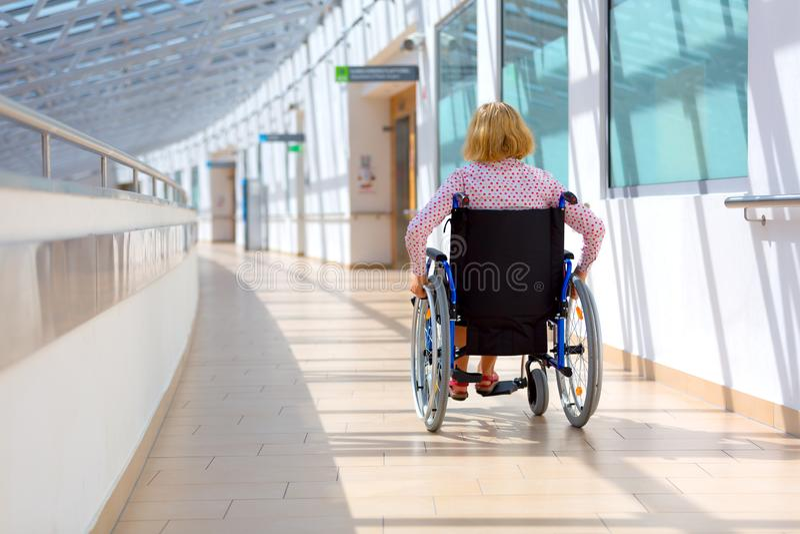 Junge Frau auf Rollstuhl in dem Gesundheitszentrum lizenzfreies stockbild