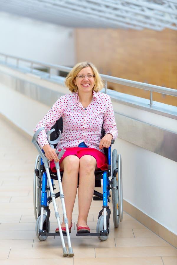 Junge Frau auf Rollstuhl in dem Gesundheitszentrum stockfotografie