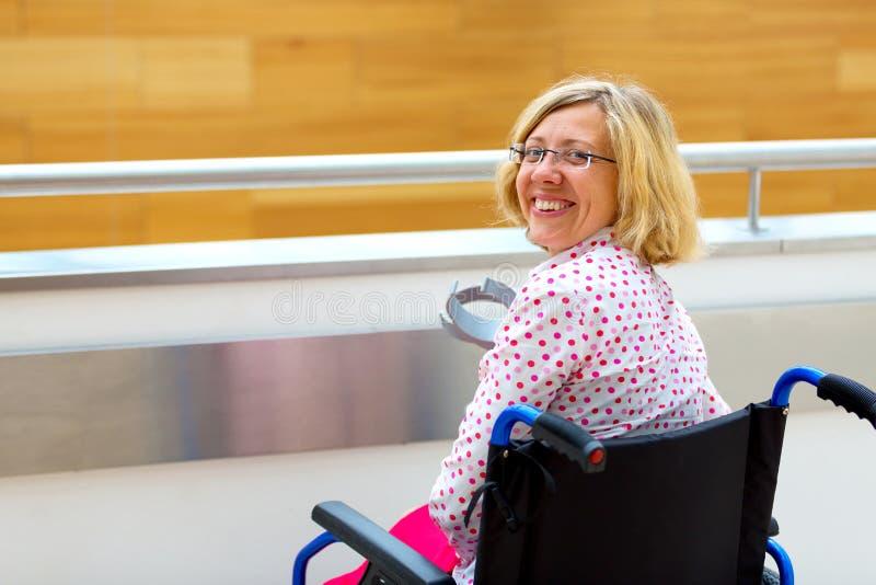 Junge Frau auf Rollstuhl in dem Gesundheitszentrum stockbilder
