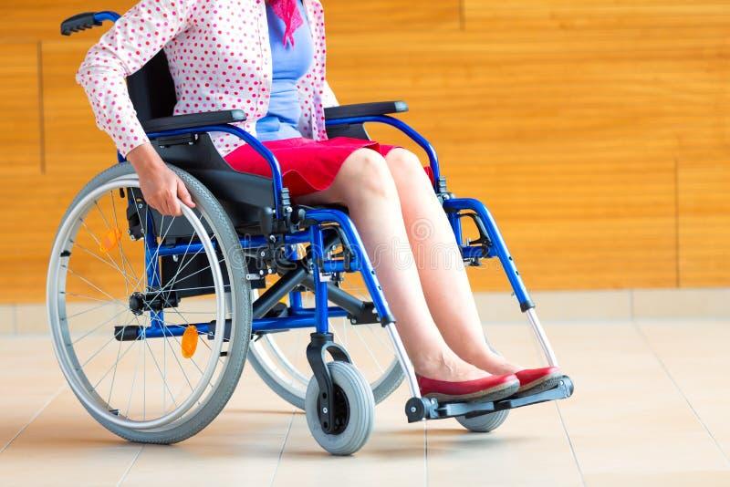 Junge Frau auf Rollstuhl in dem Gesundheitszentrum stockbild