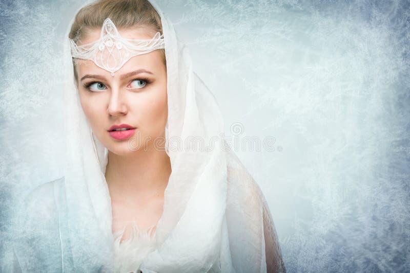 Junge Frau auf schneebedecktem stockfoto