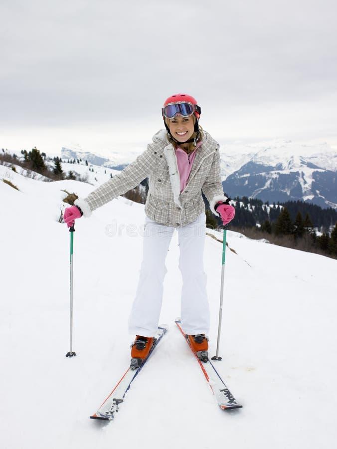 Junge Frau auf Skis lizenzfreies stockfoto
