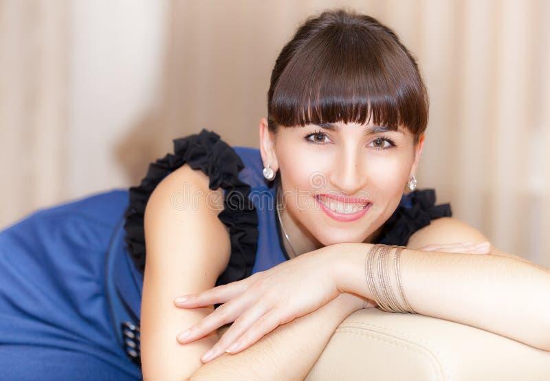 Junge Frau auf Sofa stockfotografie