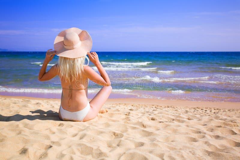 Junge Frau auf Strand lizenzfreies stockfoto