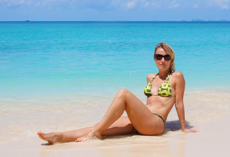 Junge Frau auf tropischem Strand lizenzfreie stockfotos