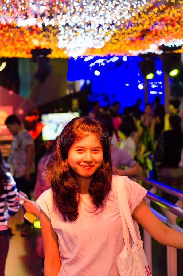Junge Frau auf Unschärfe beleuchtet Hintergrund lizenzfreie stockbilder