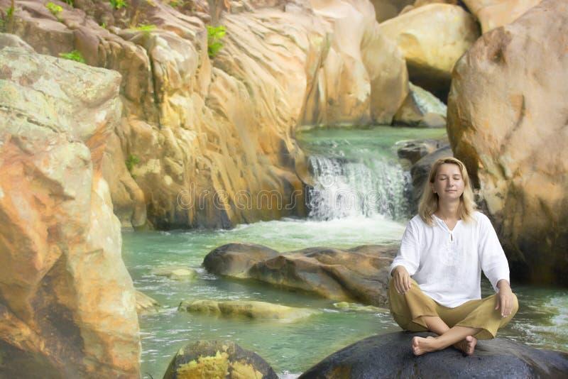 Junge Frau auf Wasserfallhintergrund lizenzfreie stockfotografie