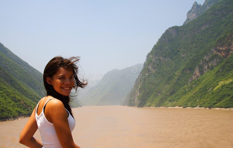 Junge Frau auf Yangtze-Fluss lizenzfreies stockbild