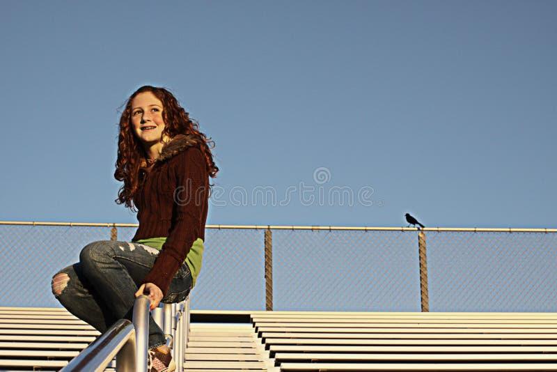 Junge Frau auf Zuschauertribünen lizenzfreies stockbild