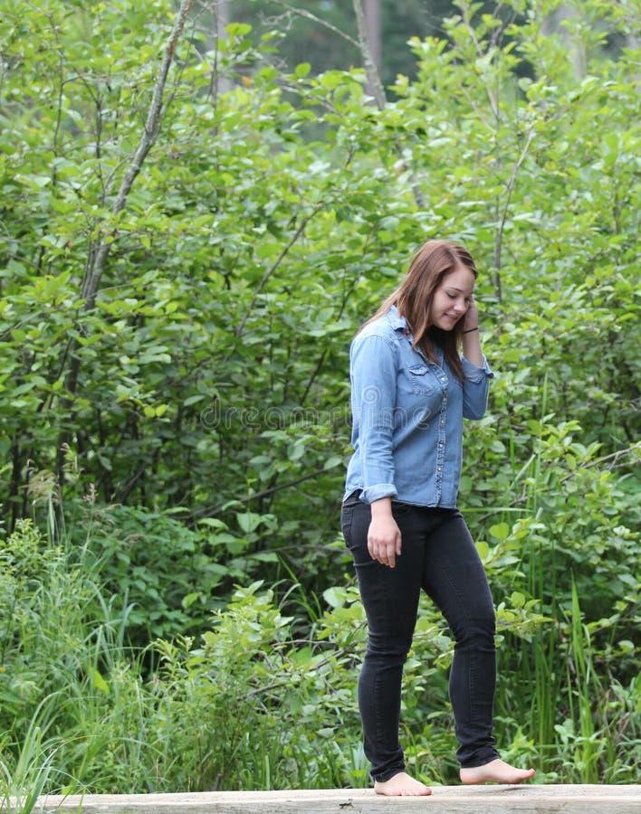 Junge Frau barfuß in einem Wald lizenzfreie stockfotos