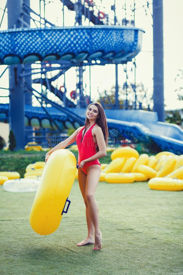 Junge Frau beim Bikini-Lächeln stockfotos