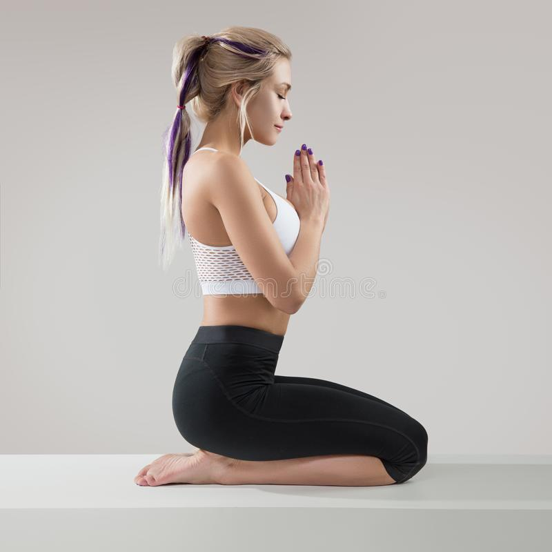 Junge Frau ?bendes Yoga meditation lizenzfreie stockfotos