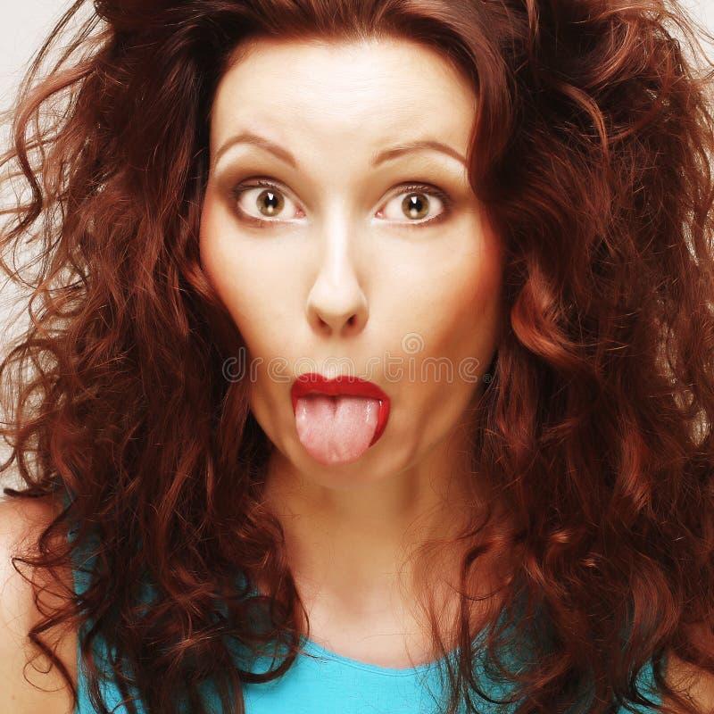 Junge Frau berühren ihre hohe Lippe durch Zunge, Abschluss oben stockbild