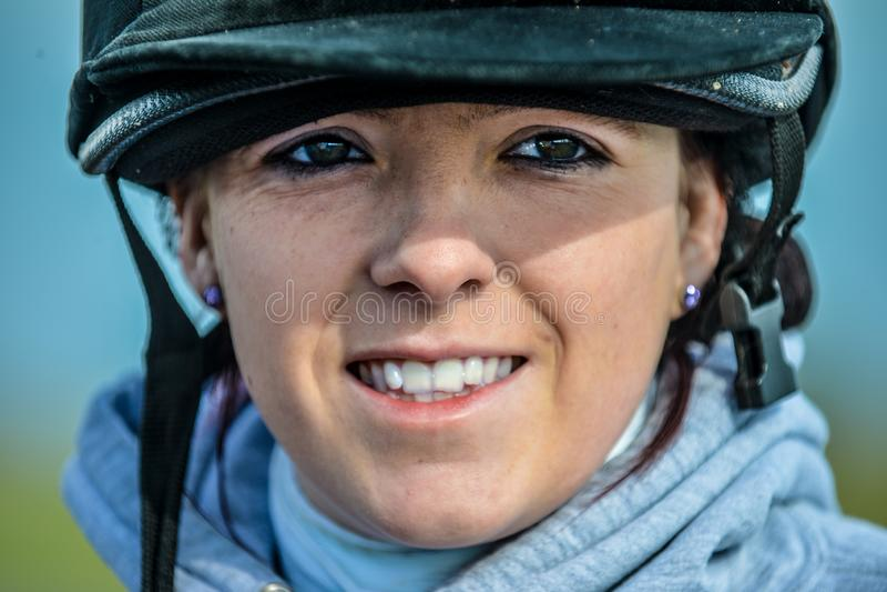 Junge Frau bereit zu gehen, ihr Pferd zu reiten lizenzfreies stockbild