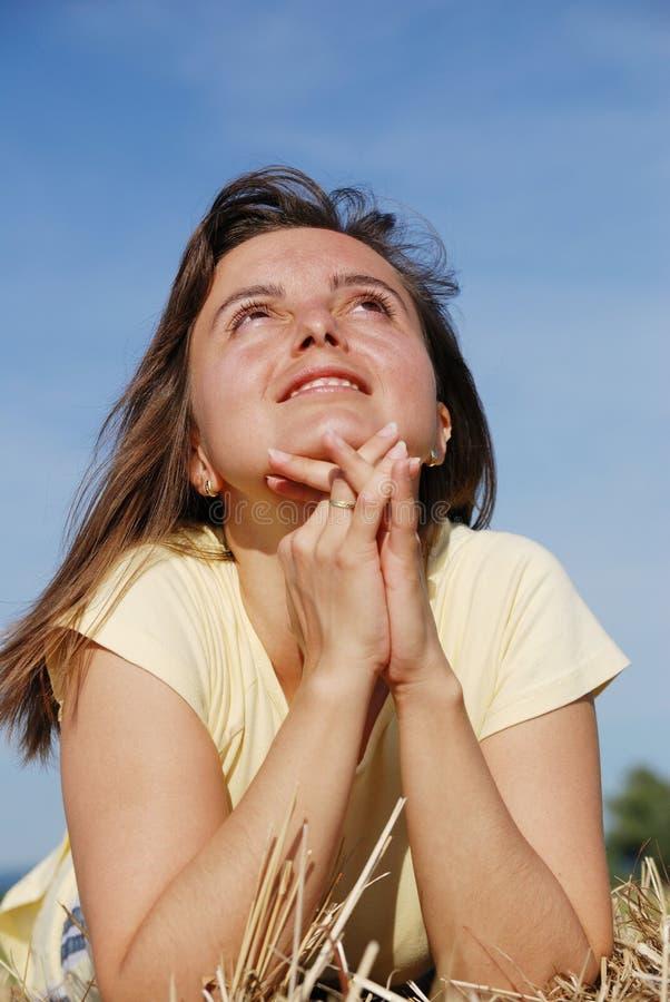 Junge Frau betet in der Natur lizenzfreie stockfotografie