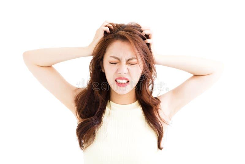 Junge Frau betonte das Gehen verrückt und das Ziehen ihres Haares stockfoto