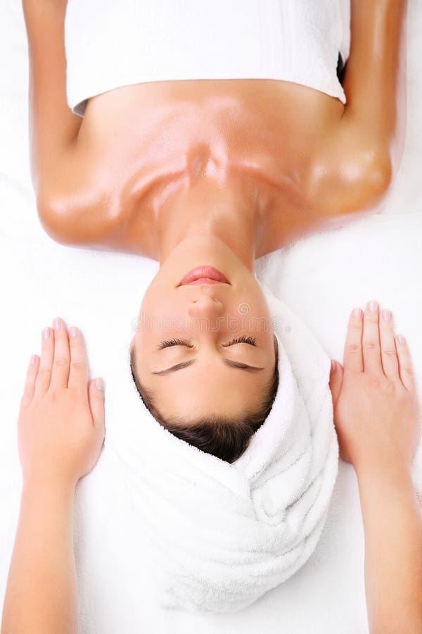 Junge Frau betriebsbereit zur Massage stockfoto