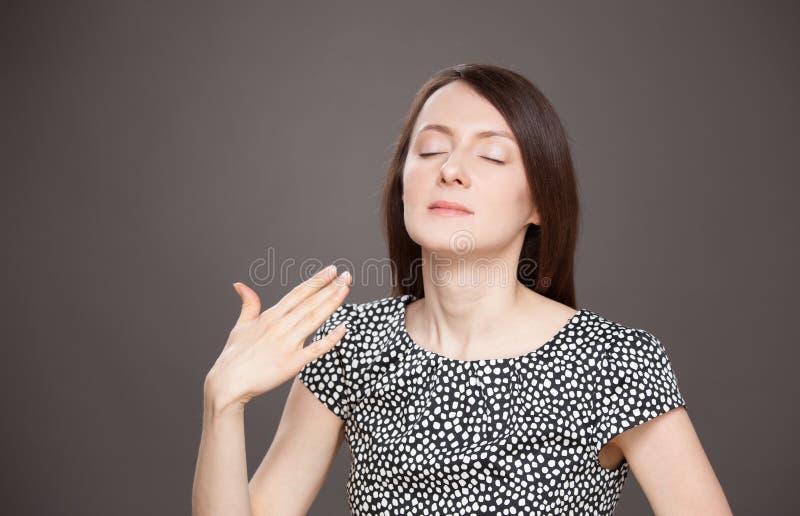 Junge Frau bewegen ihre Palme und das Benötigen von Frischluft wellenartig stockfoto
