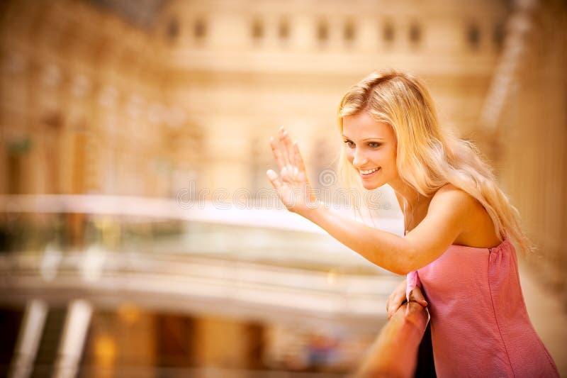 Junge Frau bewegt Hand wellenartig stockfotografie