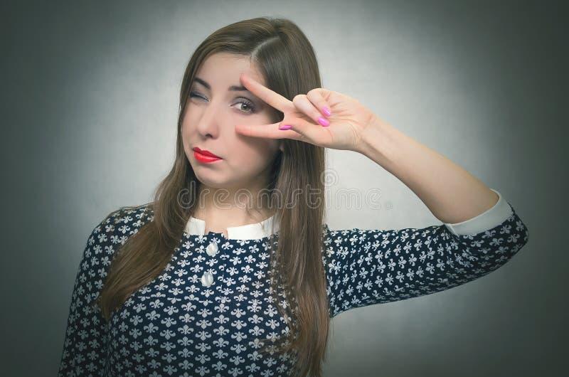 Junge Frau blinzelt stockbilder