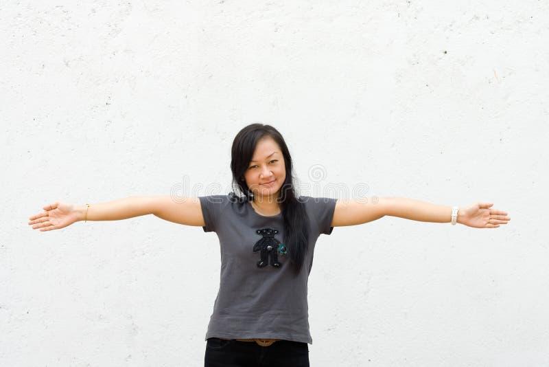 Junge Frau breitete ihre geöffneten Arme weit aus lizenzfreie stockbilder