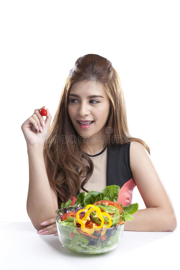 Junge Frau Brunette, der Salat anwesend und gegessen worden sein würden stockfoto