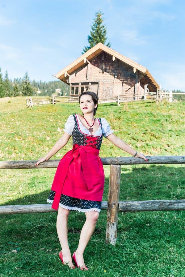 Junge Frau in den österreichischen Alpen stockfoto