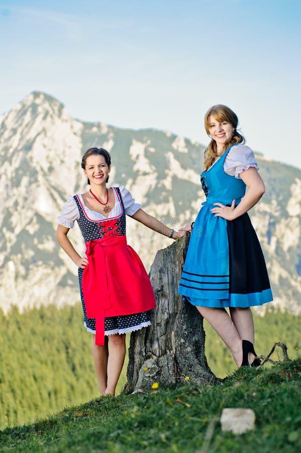 Junge Frau in den österreichischen Alpen lizenzfreies stockfoto
