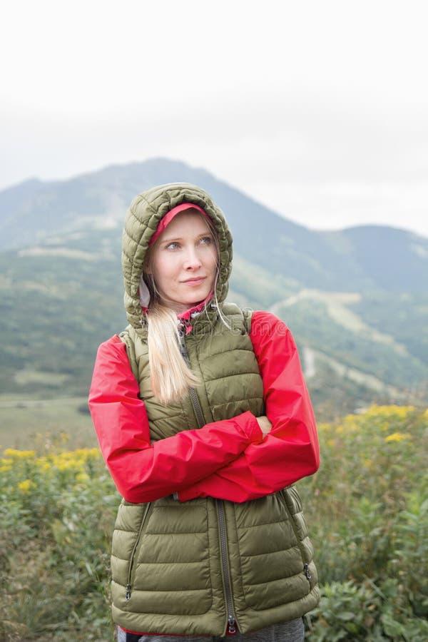 Junge Frau in den Bergen stockbilder