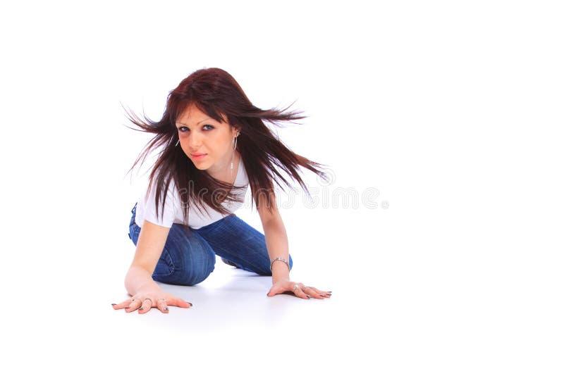Junge Frau in den Jeans und im T-Shirt lizenzfreies stockfoto