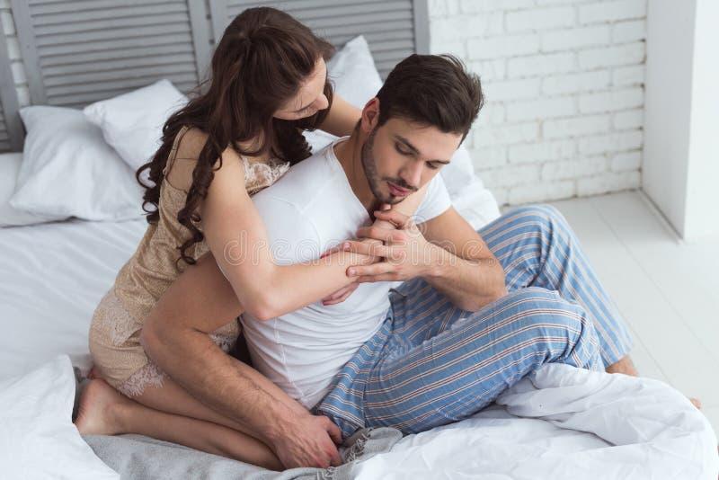 junge Frau in den Pyjamas, die Freund umarmen lizenzfreies stockfoto