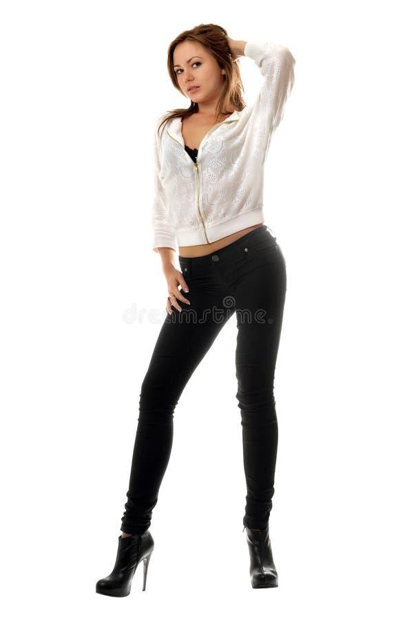 Junge Frau in den schwarzen festen Jeans lizenzfreies stockfoto