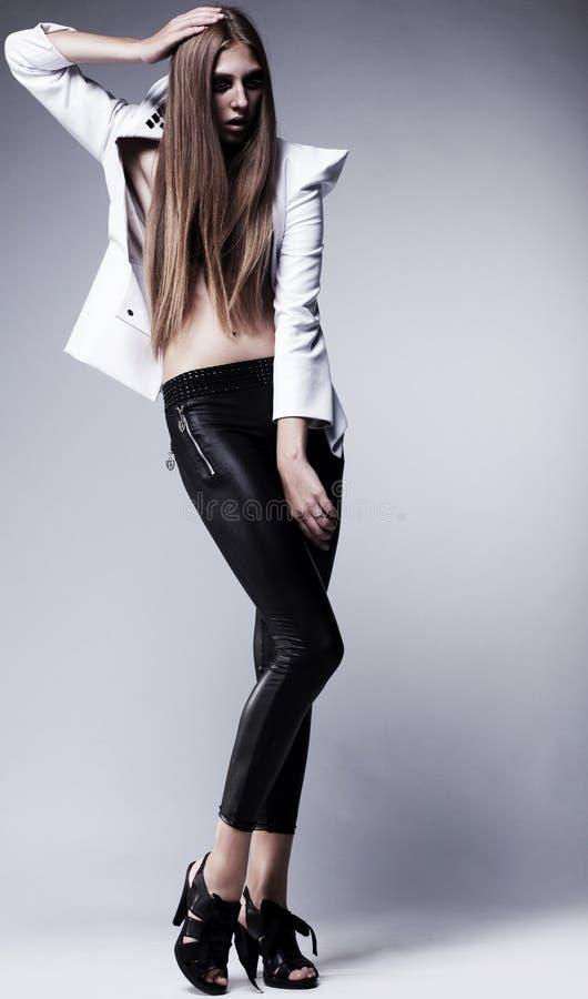 Junge Frau in den schwarzen Gamaschen. Zauber, Schönheit stockfoto