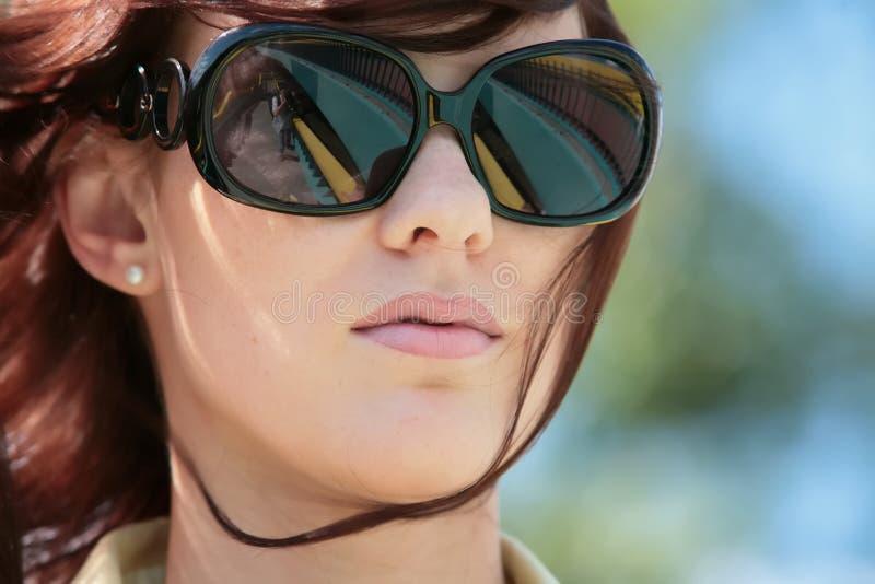 Junge Frau in den Sonnenbrillen lizenzfreie stockbilder