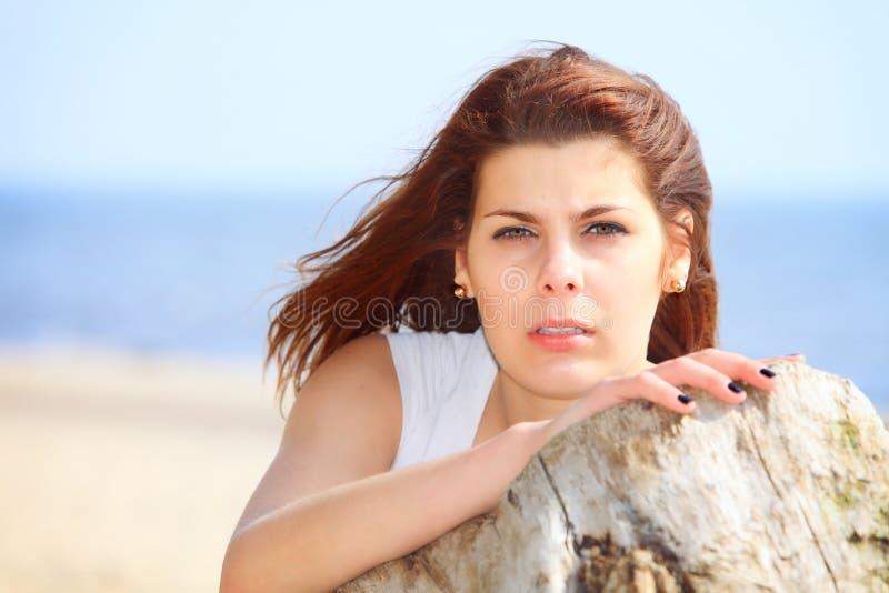 Junge Frau an den StrandSommerferien lizenzfreies stockbild
