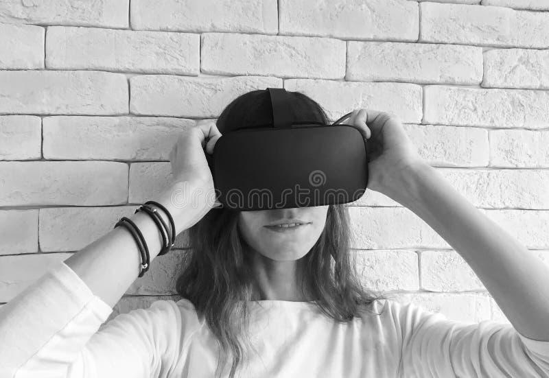 Junge Frau in den virtuellen Gläsern lizenzfreie stockfotos