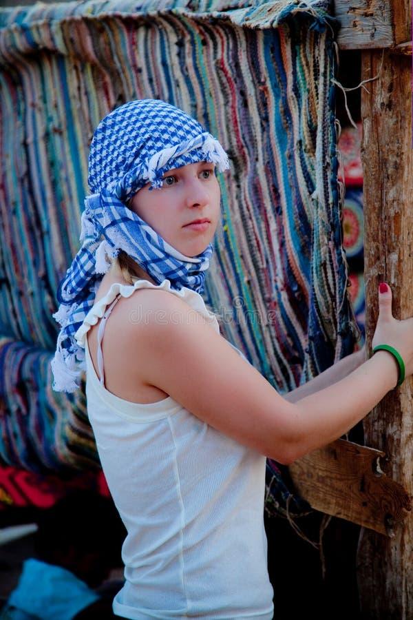 Junge Frau in der arabischen Wüste lizenzfreie stockfotografie