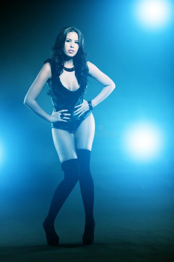 Junge Frau in der attraktiven schwarzen Kleidung stockfotografie