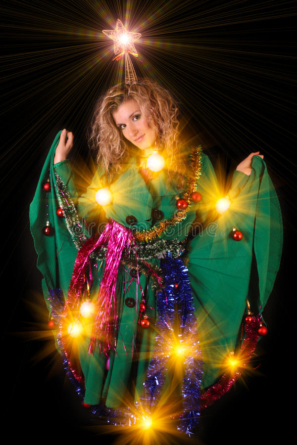 Junge Frau in der Dekoration des neuen Jahres auf Schwarzem lizenzfreie stockfotografie