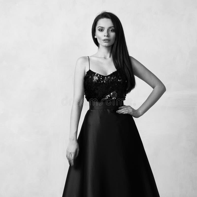 Junge Frau in der Gesellschaftskleidung mit schwarzer Paillettespitze und purpurrotem sa stockbild