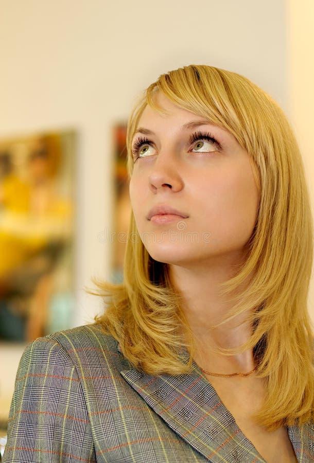 Junge Frau in der Halle stockbilder