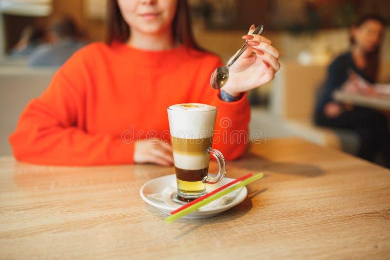 Junge Frau in der hellrosa Kleidung, die kaltes freakshake Donut des Sommers Erdbeerhält, mit Schlagsahne im Weckglas in der Hand stockbild