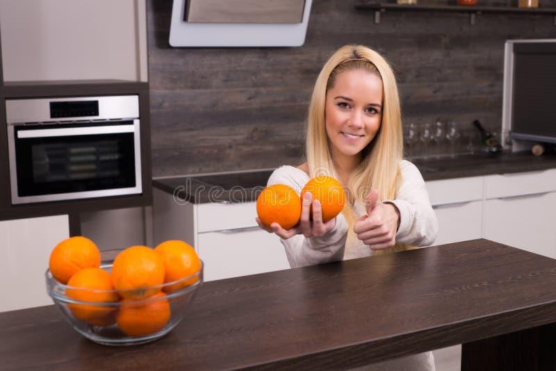 Junge Frau in der Küche stockbild