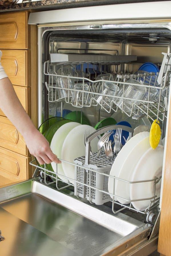 Handeln der Hausarbeit mit der Spülmaschine lizenzfreies stockbild