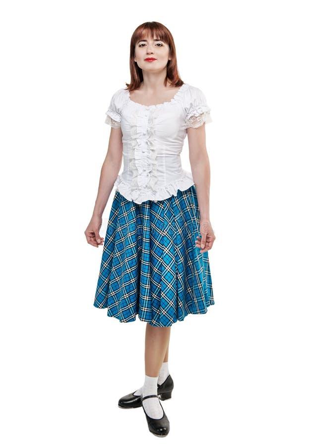 Junge Frau in der Kleidung für Scottishtanz stockfotos