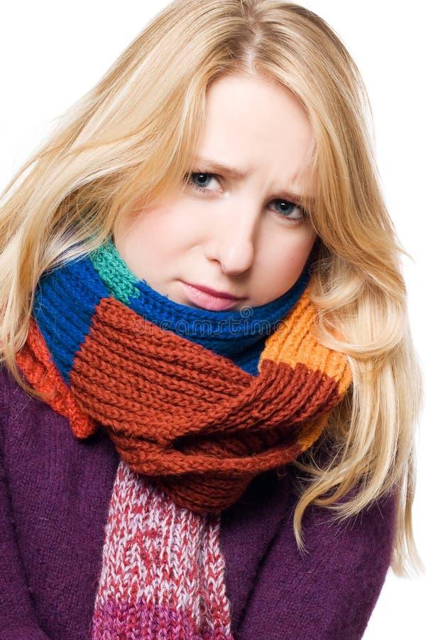 Junge Frau der kranken Schönheit in einem Schal lizenzfreies stockfoto