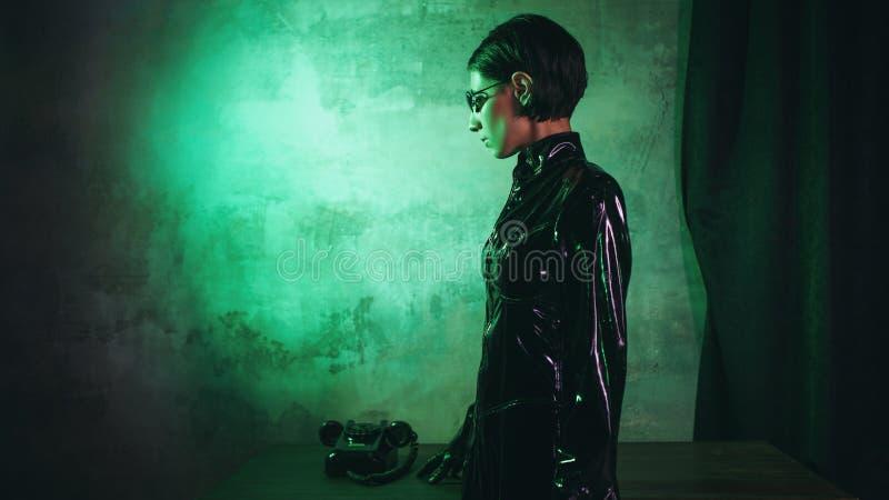 Junge Frau in der Matrixartklage, in der digitalen Internet-Technologie und in der Telekommunikation, Konzept lizenzfreies stockbild