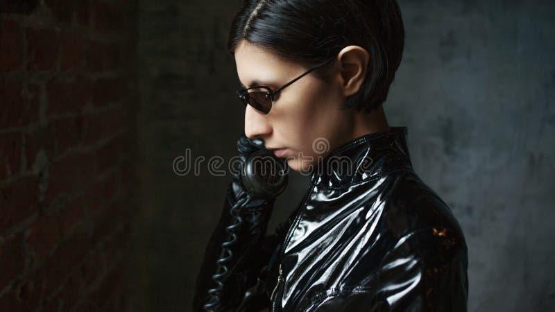 Junge Frau in der Matrixartklage, in der digitalen Internet-Technologie und in der Telekommunikation, Konzept lizenzfreie stockbilder