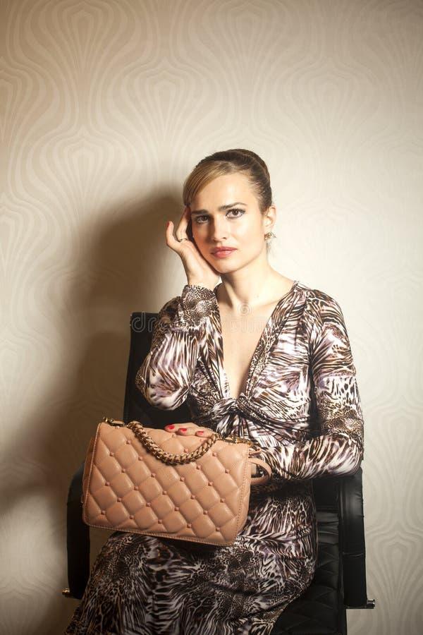 Junge Frau der Mode mit Tasche lizenzfreies stockfoto